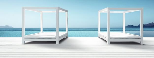 海の近くの砂浜の木製デッキチェア。休日の背景。