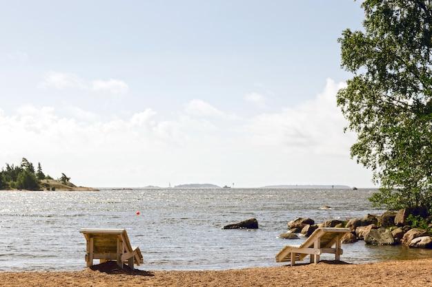 海岸の木製デッキチェア