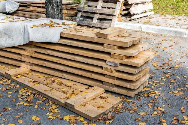 Деревянный настил для строительных лесов укладывается на стройплощадке