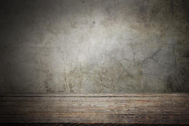 灰色のグランジ背景の木製デッキテーブル
