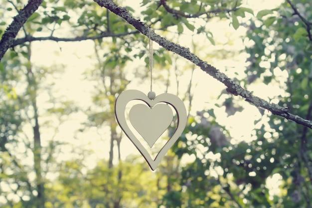Деревянный декор на ветках деревьев в саду