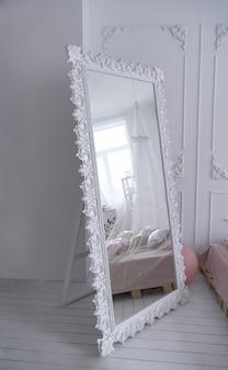 寝室の木製の装飾が施された白いビンテージミラーフレーム