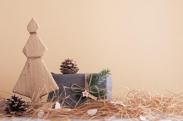 나무 장식 크리스마스 트리, 콘 및 직물 포장 선물