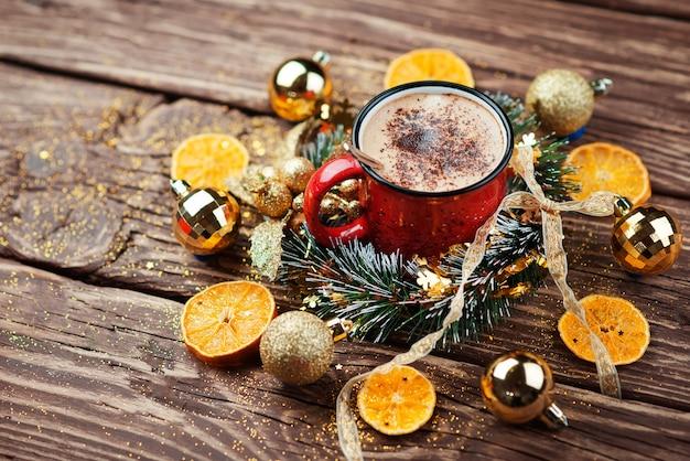 木製のデスクスペース赤いマグカップとクリスマスツリー