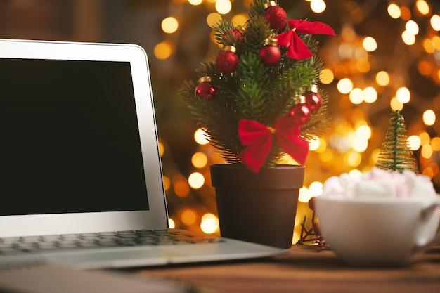 빈 화면이 컴퓨터와 나무 책상