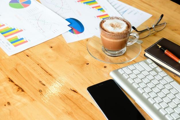 액세서리와 함께 현대 사무실에서 나무 바탕 화면-책상 위에서 볼 무료 사진