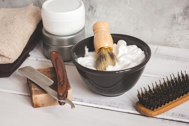 Деревянный рабочий стол с инструментами для бритья бороды крупным планом