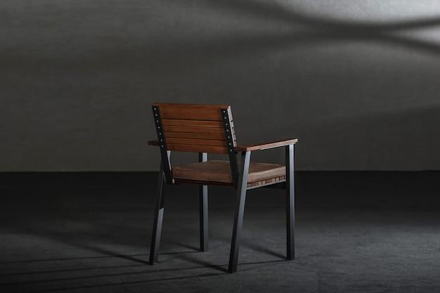 회색 벽이있는 스튜디오의 나무 식당 의자