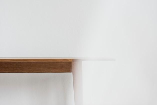 디자인 공간이 있는 벽에 나무 식탁