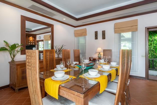 Деревянный обеденный стол и барная стойка на кухне Premium Фотографии