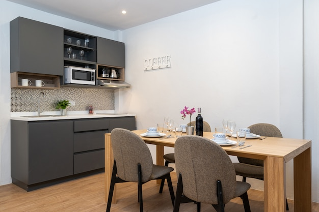 Деревянный обеденный стол и барная стойка на кухне
