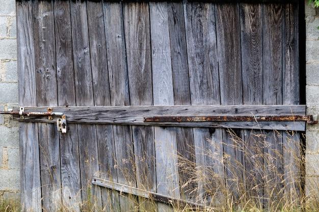 오래 된 버려진된 헛간의 나무 문