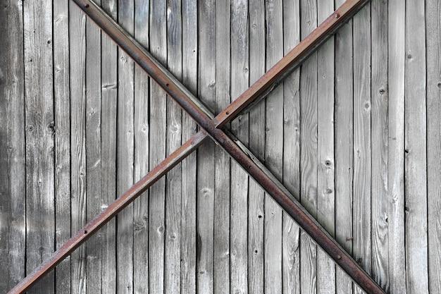 時代遅れの背景としての古い貨物車の木製ドア