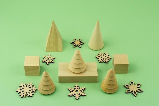 아이들을 위한 나무 친환경 크리스마스 장난감. 디자인을 위한 모형. 겨울 방학에 아이들을 위한 창의적인 직업.