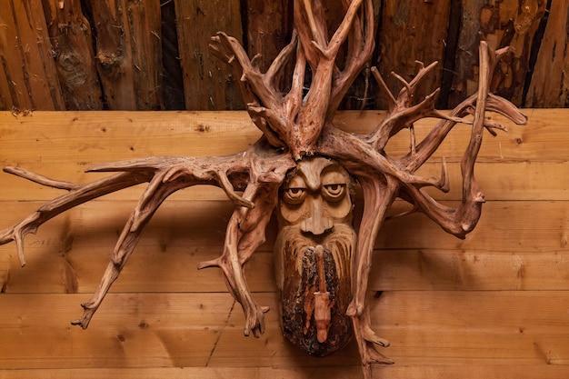 나무 배경에 뿌리가 있는 나무 얼굴