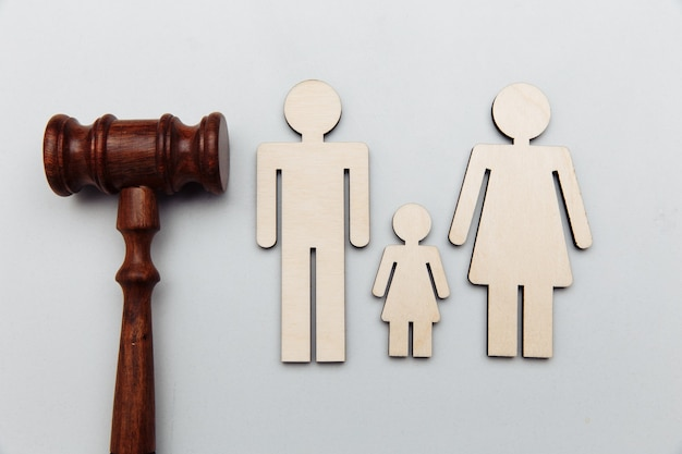 木製の家族とガベル