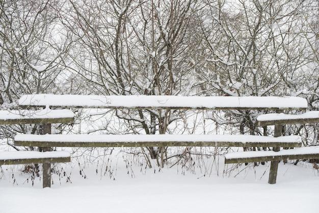 겨울 국가 배경에 눈 속에서 나무 울타리입니다.
