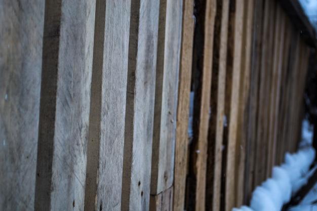 冬の木板の木製柵