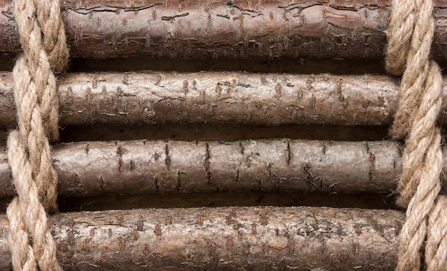 Деревянный забор со связанной веревкой
