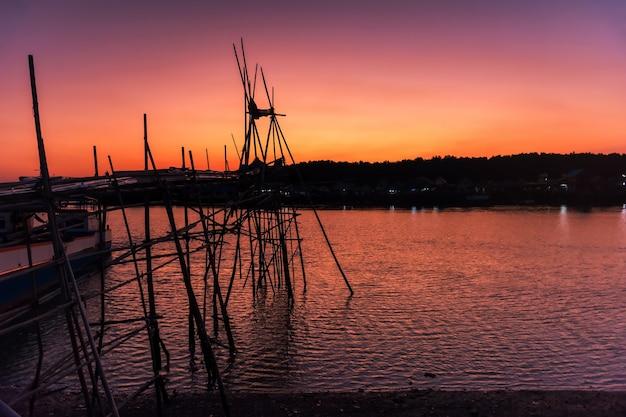 タイ、パンガーのバンパットフィッシャーマンビレッジにある夕暮れ時の夕暮れ時の木製の釣り物、ヨキョル、夕暮れの空の漁船。木造家屋、モスク、アンダマン海のハラールシーフードレストラン。