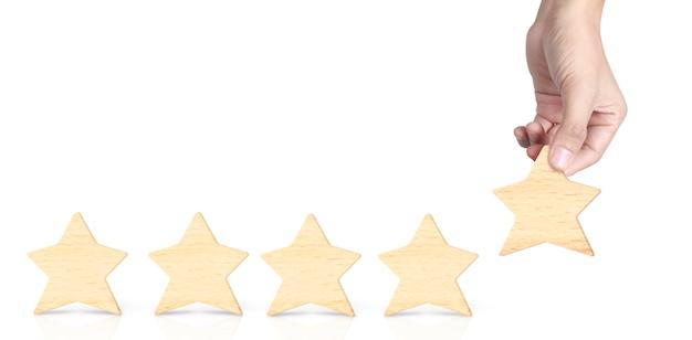 手の形の木製の5つ星。最高の優れたビジネスサービス