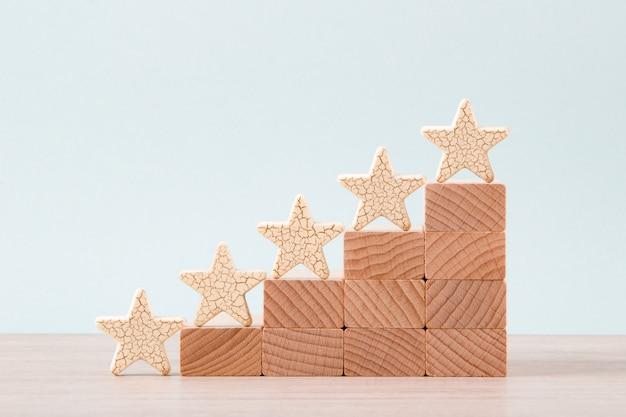 Деревянная пятизвездочная форма на столе