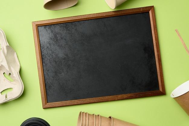 갈색 공예 종이와 재활용 종이 홀더로 만든 나무 프레임과 일회용 종이컵