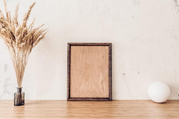 あなたのアートワークのための竹のテーブルの木製フレームのモックアップ Premium写真
