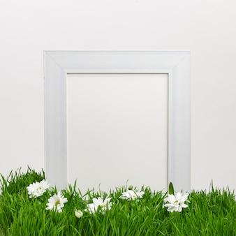녹색 자연 잔디에 나무 프레임입니다. 봄 분위기. 부활절 휴가 개념. 공간을 복사하십시오.