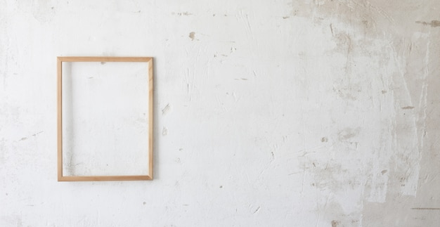 Деревянный каркас на старой белой стене