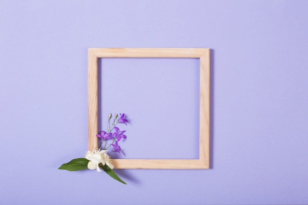 Деревянная рамка с цветами
