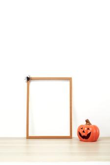 ジャック・オー・ランタンの木製フレーム装飾に素敵な白い壁の棚や机