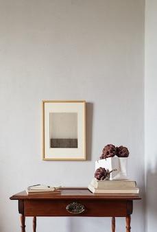 나무 프레임 모형. 오래 된 나무 책상에 꽃병에 장식 양인데를 건조. 흰 벽 표면에 구성