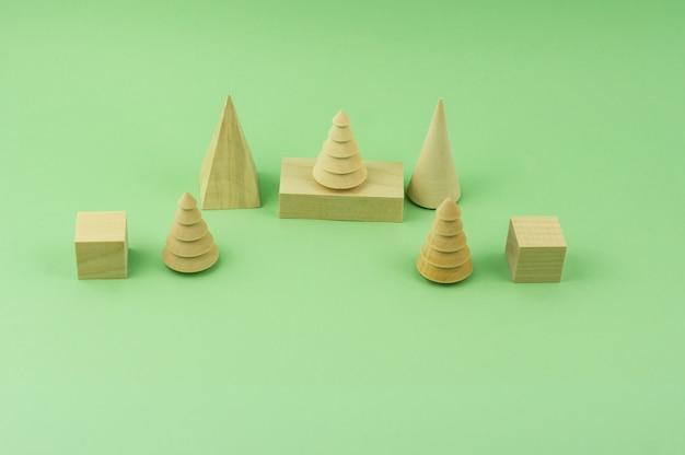 나무 모피 나무와 녹색 배경에 큐브입니다. 에코 장난감. 인식 개념입니다. 환경 친화적인 투자. 목공 산업의 톱밥. 제재소, 목공. 복사 공간