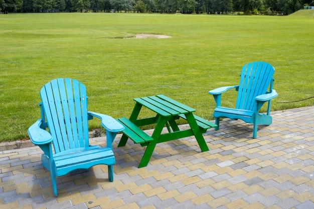 芝生の近くの木製家具