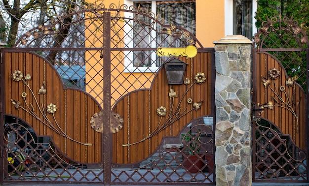 아름다운 연철 요소 꽃이 있는 나무 문.