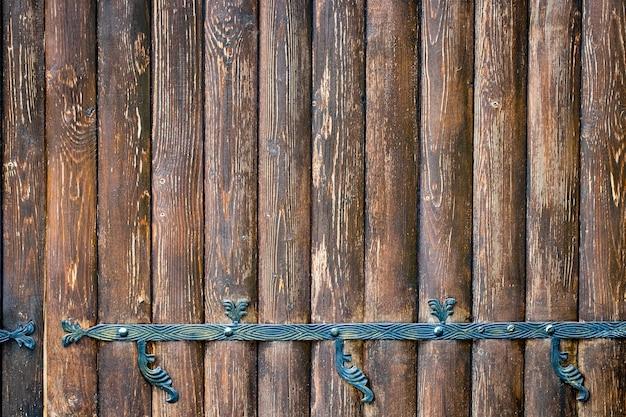 錬鉄製の要素を持つ木製の門がクローズアップ。