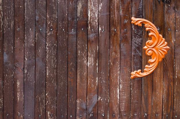 Деревянные ворота с элементами из кованого железа заделывают.