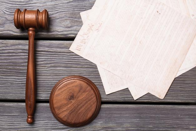 木製のgavdelと紙。上面図フラットレイ。灰色の木製の背景。