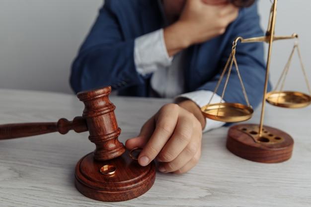 Деревянный молоток и кольца крупным планом концепция развода и разделения
