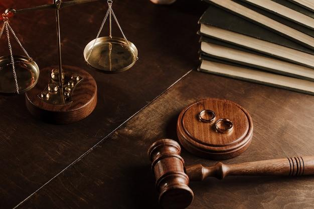 公証人の役所にある木製のガベルと指輪