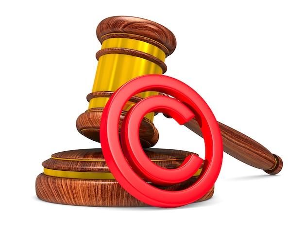 Деревянный молоток и знак авторского права на белом фоне. изолированная 3-я иллюстрация