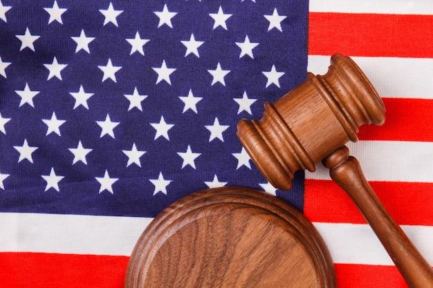 米国旗の木製ガベル。アメリカ合衆国の概念における法と判断。