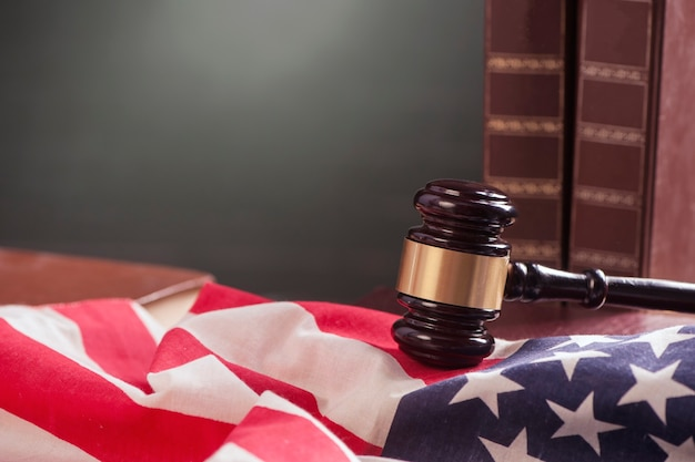 木製のテーブルにアメリカ国旗と木製のガベル
