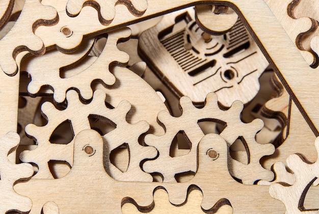 木製の歯車がクローズアップ