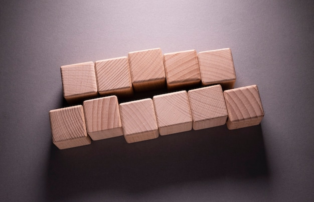 紙の背景に木製の幾何学的な形の立方体、これはあなたの言葉を過去に使用することができます