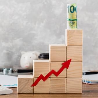 Blocchi di crescita in legno con banconote