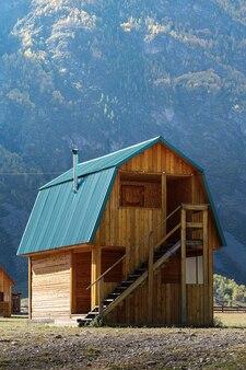山の谷の観光キャンプにある木造ゲストハウス。ロシア、アルタイ、トラクトアククルム