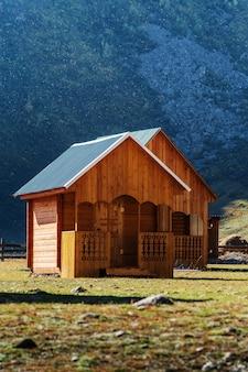 山の谷のツーリストキャンプにある木造ゲストハウス。ロシア、アルタイ