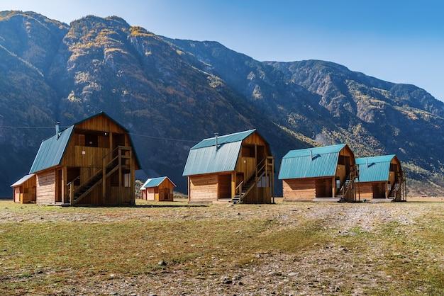 山の谷のツーリストキャンプにある木造ゲストハウスロシアアルタイトラクトアククルム